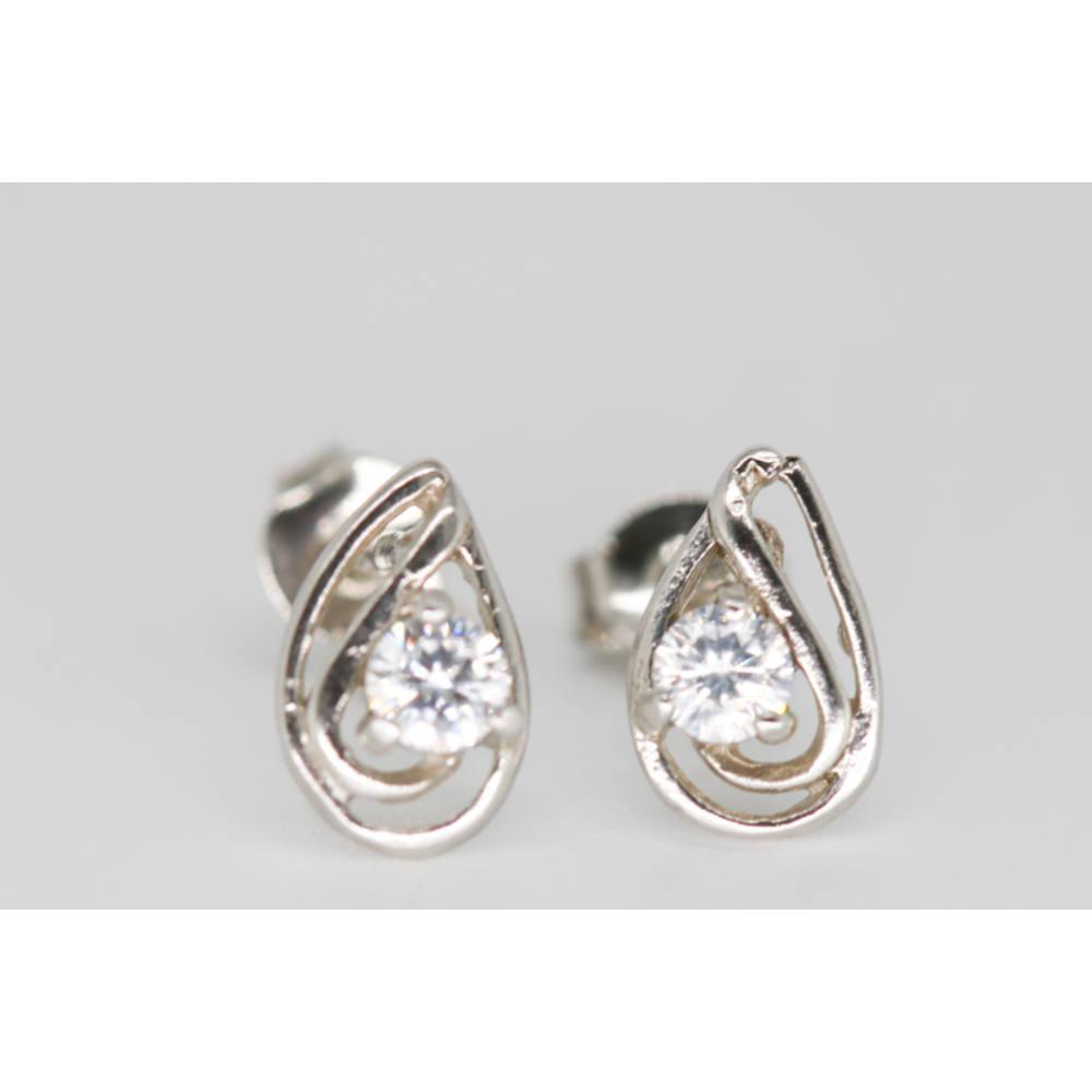 Többféle változatban kapható ezüst bedugós fülbevaló